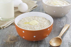 Oatmeal owsianka z masłem, mlekiem i jajkami, zdjęcia royalty free