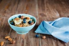 Oatmeal owsianki śniadanie z dokrętkami i jagodami Zdjęcia Stock