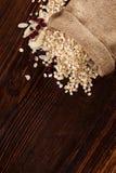 Oatmeal płatki, Cranberries i migdały w burlap torbie, zdjęcia stock