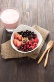 Oatmeal w pucharze nakrywającym z świeżymi czarnymi jagodami, cranberries, stra Fotografia Stock