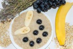 Oatmeal z bananem i winogronem Wysuszony leczniczy ziele Zdjęcie Royalty Free