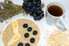 Oatmeal z bananem i winogronem Wysuszony leczniczy ziele Obrazy Royalty Free