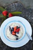 Oatmeal z jagodami dla śniadania Obrazy Stock