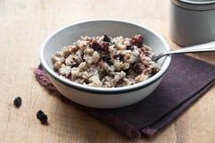 Oatmeal z wiśniami i czekoladowymi układ scalony Fotografia Stock