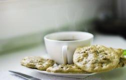 Oatmealkakor och kaffe Arkivbild