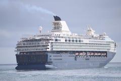 Oavkortad hastighet för blå kryssningeyeliner på havet Royaltyfri Bild