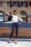 Oavkortad längd för stående, unga affärskvinnor i den vita skjortan arkivfoton