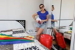 Oavkortad längd för ung tillfällig flicka med resväskan i hotell Royaltyfri Bild