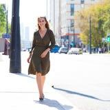 Oavkortad tillväxt för stående, ung härlig blond kvinna royaltyfri foto