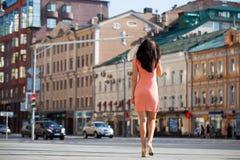 Oavkortad tillväxt för stående, ung härlig brunettkvinna i rosa klänning royaltyfri fotografi
