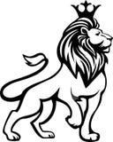 Oavkortad tillväxt för svart vitt lejon med en krona på hans huvud Arkivbild