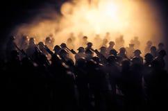 oavkortat kugghjul för soldater Militära konturer som slåss plats på bakgrund för krigdimmahimmel, världskrig, tjäna som soldat k Arkivfoto