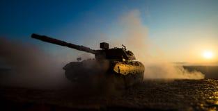 oavkortat kugghjul för soldater Militära konturer som slåss plats på bakgrund för krigdimmahimmel, världskrig, tjäna som soldat k Arkivbilder