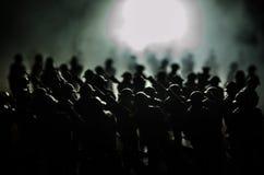 oavkortat kugghjul för soldater Militära konturer som slåss plats på bakgrund för krigdimmahimmel, världskrig, tjäna som soldat k Royaltyfria Foton