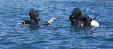Oavkortat kugghjul för två dykare royaltyfria foton