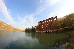 Oavslutad övergiven byggnad på floden Vorgol, Ryssland, fishe Royaltyfri Bild