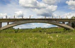 Oavslutad bro över floden, bro till ingenstans Arkivfoton