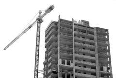 Oavslutad byggnadskonstruktion med kranen Royaltyfri Bild
