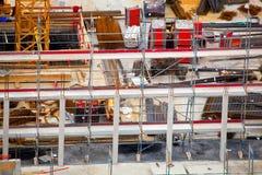 Oavslutad cementbyggnad på en konstruktionsplats i sommaren royaltyfria bilder
