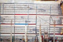Oavslutad cementbyggnad på en konstruktionsplats i sommaren royaltyfri bild
