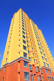 Oavslutad färgbyggnad, under den blåa himlen Arkivfoton