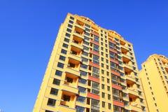 Oavslutad färgbyggnad, under den blåa himlen Royaltyfria Bilder