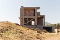 Oavslutad konstruktion av ett bostads- hus royaltyfria bilder