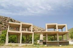 Oavslutad olaglig byggnad, en konstruktion av armerad betong Royaltyfri Fotografi