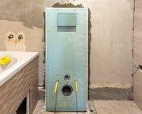 Oavslutad rekonstruktion av badrummet eller toaletten med keramiska tegelplattor som installeras p? v?ggar av drywallen, st?llet  arkivbild