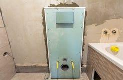 Oavslutad rekonstruktion av badrummet eller toaletten med keramiska tegelplattor som installeras p? v?ggar av drywallen, st?llet  arkivfoton