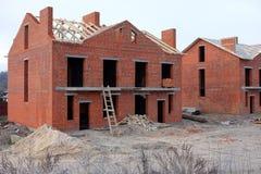 Oavslutad tegelstenhuskonstruktion, fortfarande under konstruktion Oavslutat tak under konstruktion fotografering för bildbyråer