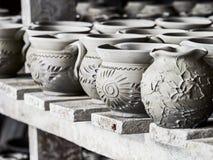 Oavslutade lerakrukor på hyllor som delen av ett keramiskt krukmakeriseminarium i Marginea, Bucovina, Suceava County, Rumänien royaltyfri bild