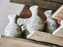 Oavslutade lerakrukor på hyllor som delen av ett keramiskt krukmakeriseminarium i Marginea, Bucovina, Suceava County, Rumänien royaltyfria bilder