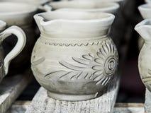 Oavslutade lerakrukor på hyllor som delen av ett keramiskt krukmakeriseminarium i Marginea, Bucovina, Suceava County, Rumänien arkivfoto