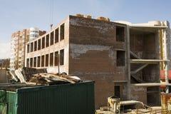 Oavslutat bostads- hus på konstruktionsplatsen arkivbild