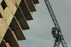 Oavslutat höghus, kran, arkitektur arkivfoto