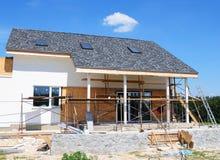 oavslutat hus Hem- omdana och renovering Måla husväggen med stuckaturen och rappa Isoleringshusvägg fotografering för bildbyråer