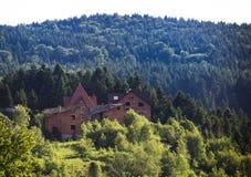 Oavslutat hus på kullen arkivfoton