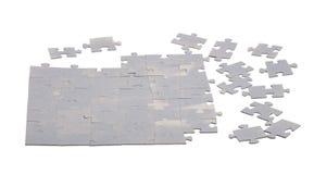 Oavslutat pussel från tomma beståndsdelar som isoleras på vit arkivbilder