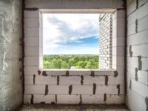 Oavslutat rum i byggnad med det tomma fönstret royaltyfri fotografi