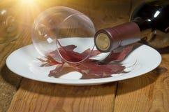 Oavslutat spillt vin arkivbild