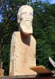 oavslutat trä för härlig ståendeskulptur royaltyfri fotografi