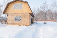 oavslutat trä för hus Huset är oavslutat i vinter arkivfoton