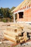 oavslutat trä för husplankor arkivfoto