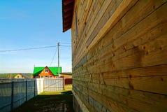 Oavslutat trähus i det trädgårds- området fotografering för bildbyråer