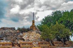 Obélisque avec la croix chrétienne en Fuensanta image libre de droits