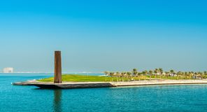 Obélisque en acier en Mia Park au musée de l'art islamique dans Doha, Qatar Photographie stock libre de droits