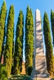 Obélisque et cyprès sur le cimetière d'Oakland, Atlanta, Etats-Unis Image stock