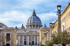 Obélisque Vatican Rome Italie de statues de dôme de basilique du ` s de St Peter Images stock