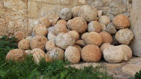 Obús de piedra viejo en el lugar histórico antiguo Aptera foto de archivo libre de regalías